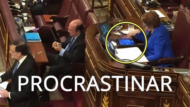 Procrastinar: Celia Villalobos jugando al candy crush en el Congreso de los Diputados. El Magacín.