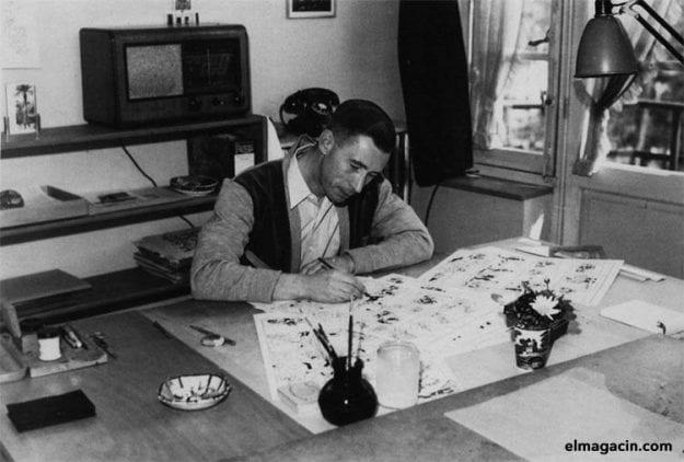 El dibujante de Tintín, Hergé, en su estudio