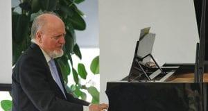 Julio Robles García tocando el piano. Compositor madrileño