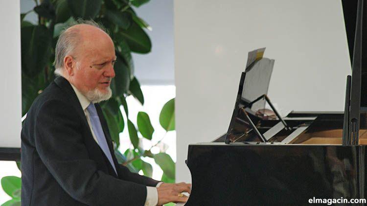 Julio Robles García tocando el piano