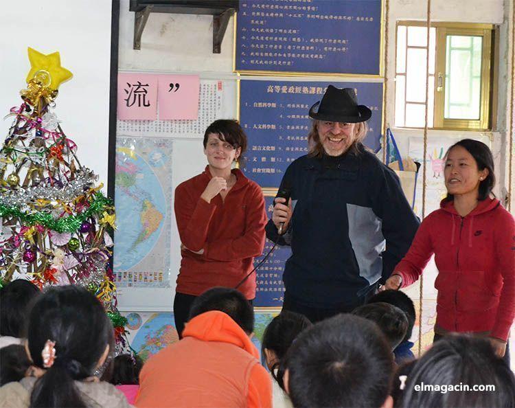 Explicando la navidad en China en el voluntariado de Dongguan viajando como voluntario.