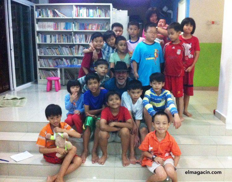 Con los niños del orfanato de Johor Bahru. El Magacín.
