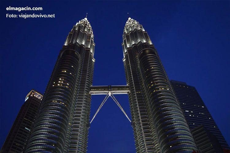Las Torres Petronas de Kuala Lumpur por la noche. El Magacín.