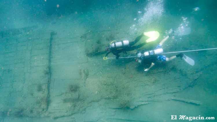 Medición de un pecho en un yacimiento subacuático.