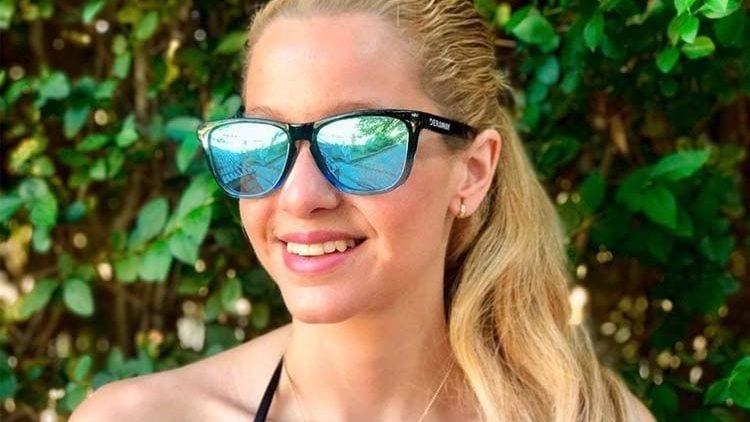 Victoria Tracker con unas gafas de sol Deraway. El Magacín.
