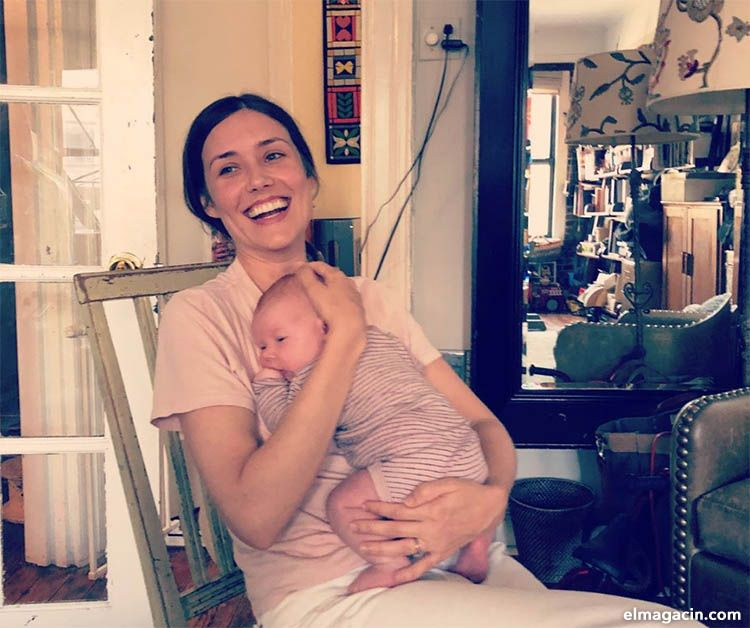 Megan Boone con su hija Caroline Estabrook