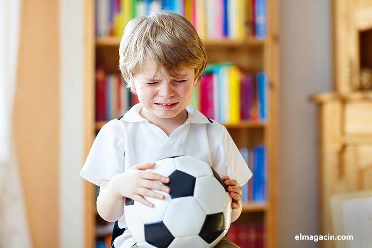 Niño triste porque no consigue poder federarse y jugar al fútbol. El Magacín.