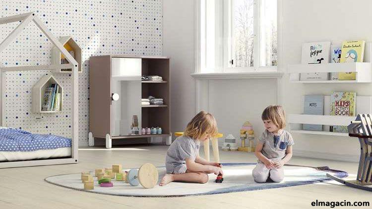 Niños jugando en una habitación que sigue el método Montessori.