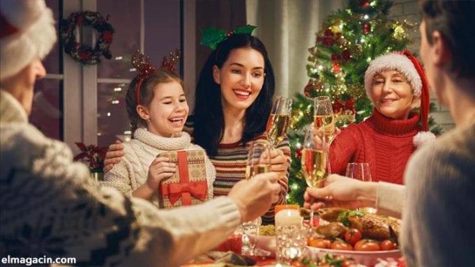 Regalos de Navidad en una cena en familia. El Magacín.