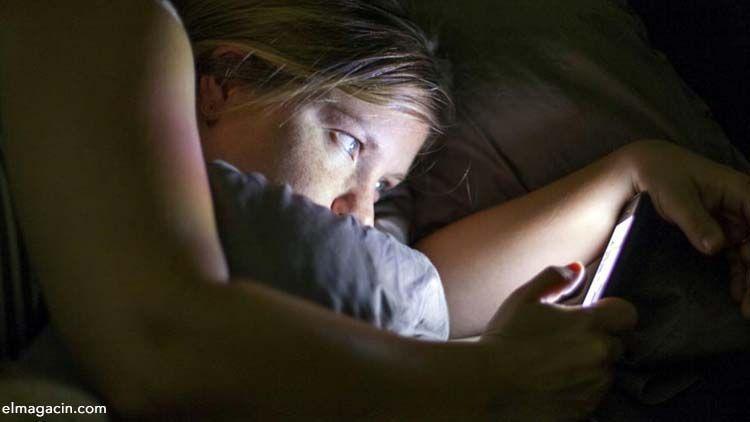 No se recomienda utilizar el móvil antes de ir a dormir. El Magacín.