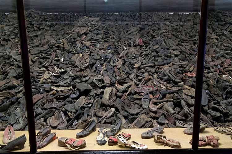 Montaña de zapatos de victimas de los campos de concentración en Auschwitz-Birkenau. El Magacín.
